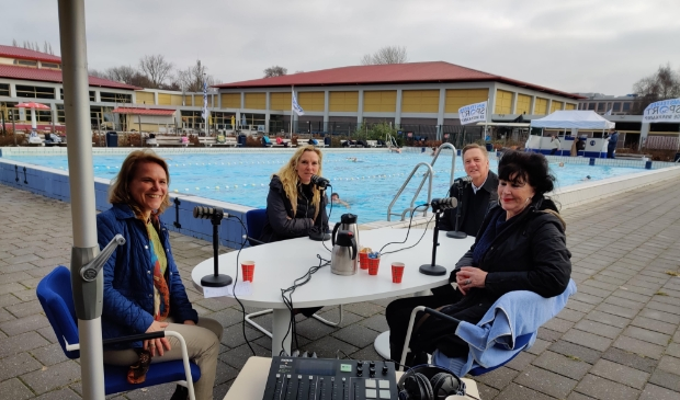 <p>Opname podcast Plons! met van links naar rechts presentator Sylvia Bakker, directeur AmstelveenSport Heleen van Ketwich Verschuur, wethouder Rob Ellermeijer en Raadslid SP Wil Roode.</p>