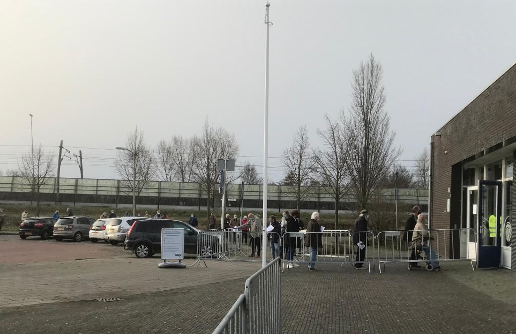 De mensen die gevaccineerd worden, moesten buiten in de rij wachten Hannie Visser-Kieboom © BDU Media