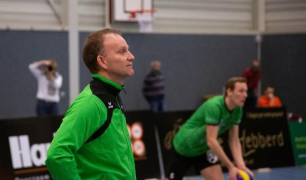 <p>Volleybaltrainer Hans Seubring (archief) kon genieten van de zege van Bielderman Koetsier/SSS.</p>