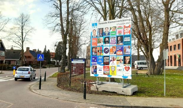 <p>Het verkiezingsbord voor de Tweede Kamerverkiezingen nabij het Westhoffhuis in Lunteren.</p>