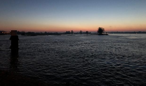 Ries Groothuis maakte deze foto vroeg op de zondagochtend, met nog bijna volle maan en nauwelijks bewolking. De zon moest nog opkomen. Even rechts van het midden de lichtjes van Woudrichem.