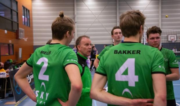 <p>Hans Seubring (tweede van links), coacht zijn spelers, uiterst rechts Hugo van Garderen.&nbsp;</p>