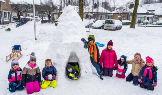 Kinderen zitten bij de Iglo