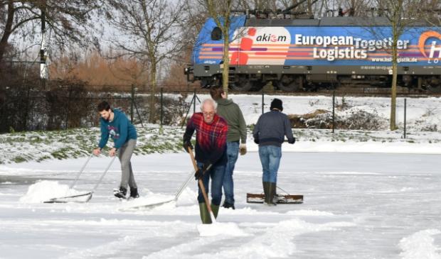<p>De ijsbaan aan de Eemweg is de afgelopen dagen sneeuwvrij gemaakt.</p>