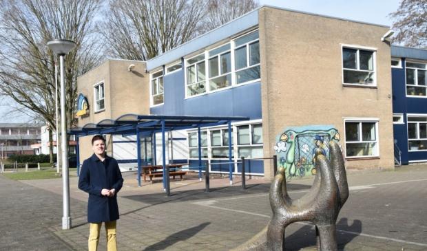 <p>VVD-raadslid Arjen Gerritsen bij het gebouw van De Horizon aan Landtong.</p>