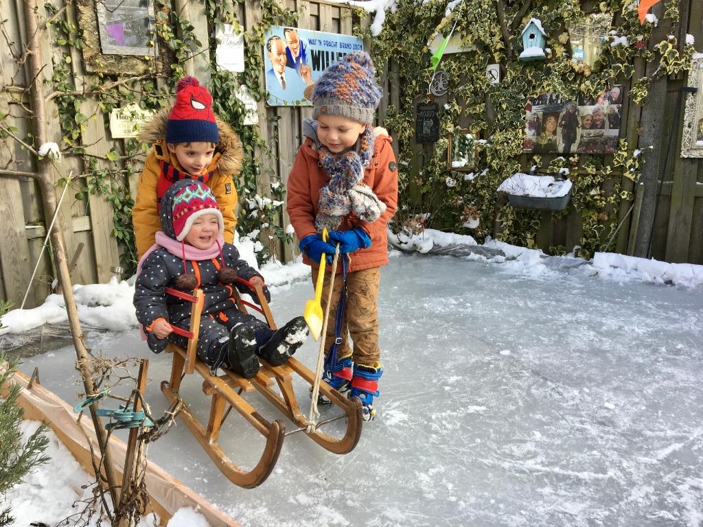 Liv op de slee, getrokken door broer Lars en neef Daan Onno Wijchers © BDU media