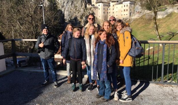 <p>Leerlingen en docenten van het Pallas Athene College tijdens de uitwisseling naar Sloveni&euml; in 2019. Achteraan in het midden staat Joep Kusters.</p>