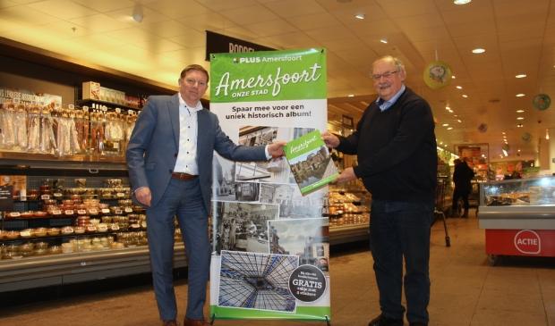 <p>Merijn van Els&auml;cker (l) en Jan Carel van Dijk (r) zijn beiden blij met het boek.</p>