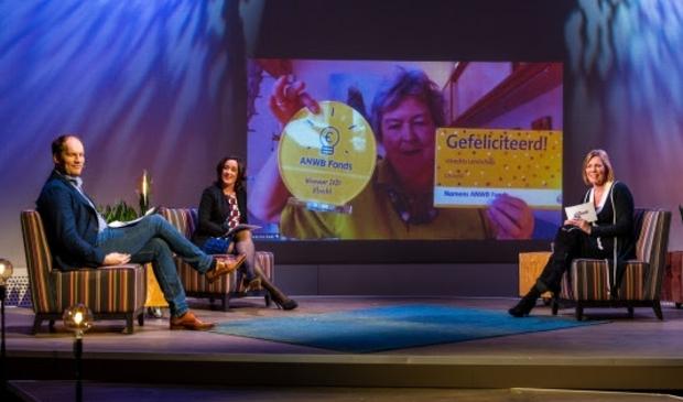 <p>V.l.n.r. Sytse vd Wal, mevrouw Zuidema en Marga de Jager, directeur merk en leden ANWB. Op het beeldscherm de winnaar van Utrecht.</p>