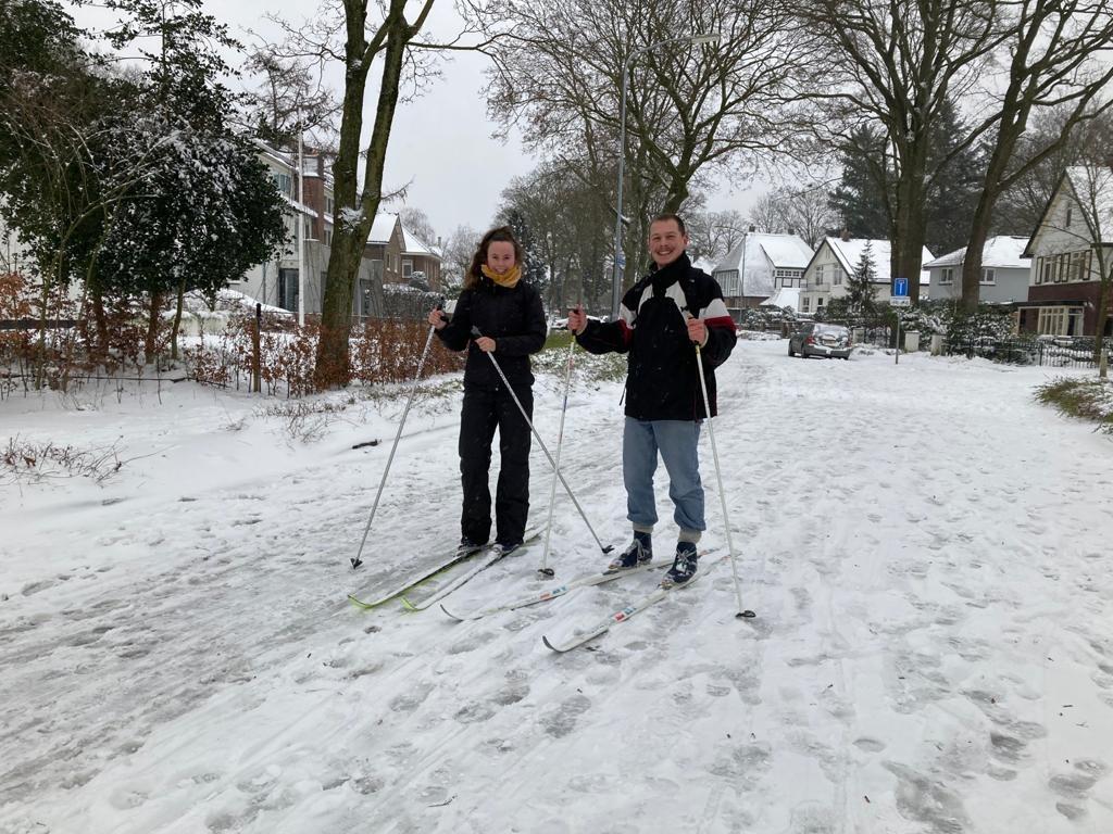 Op de Reehorsterweg in Ede, op de terugweg van een rondje bos op de langlaufski's. Danielle de Hoop en Reinaart van Loon genoten enorm.  BDUmedia © BDU Media