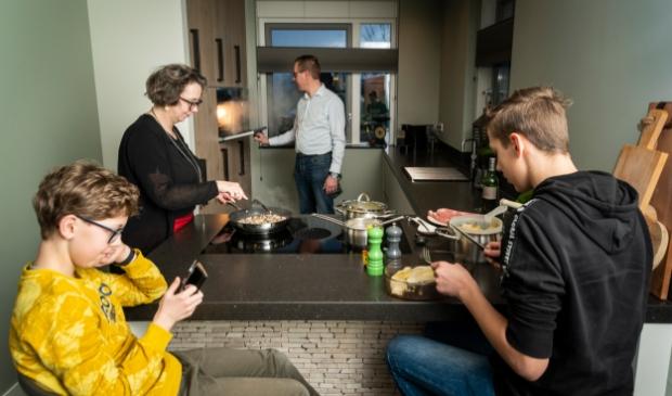 <p>Jurjen, Jeannette, Cor en Niels Bruil in de keuken.</p>