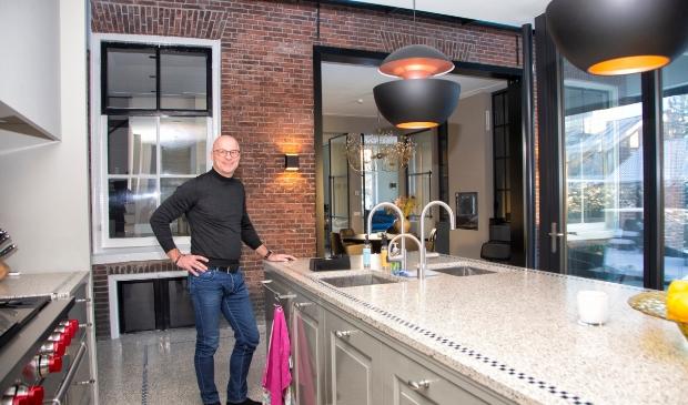 <p>Peter in de keuken, zijn favoriete plek in huis.</p> Erik van 't Land © BDU media