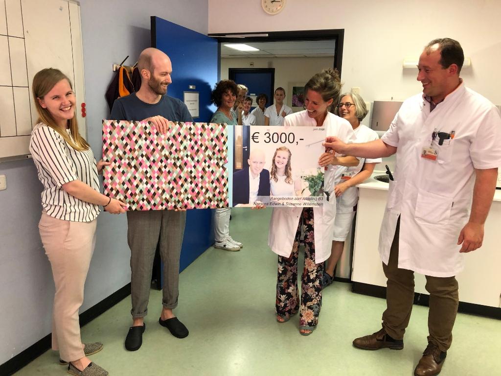 <p><strong><em>Edwin en Suzanne Willemstein overhandigden in juni 2020 hun huwelijkscadeau aan afdeling B3 en aan de internist-hematologen Eva de Jongh en Peter Westerweel.</em></strong></p> <p>Albert Schweitzer ziekenhuis</p> © BDU media