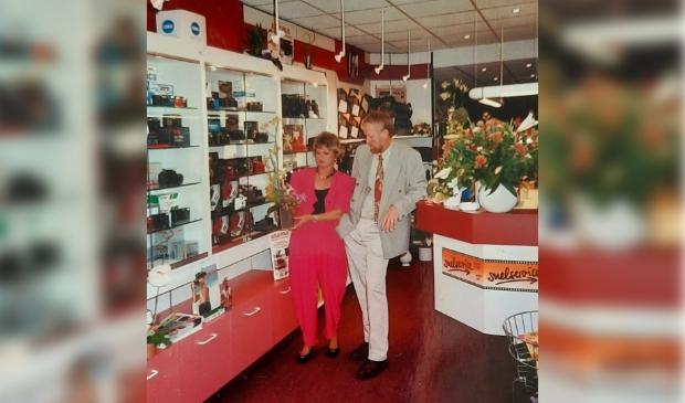 <p>Harry en Janny Koelewijn in hun winkel, een dag na de opening.</p>