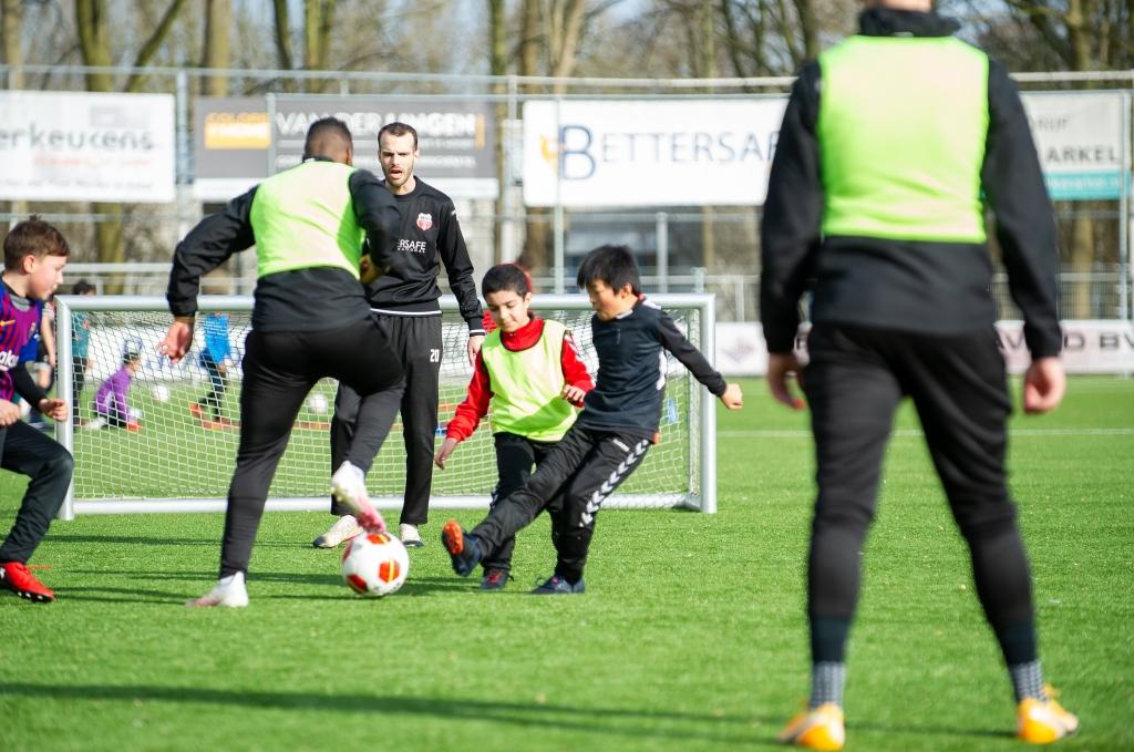 Twee pupillen nemen het op tegen een van de trainers Unitas © BDU Media