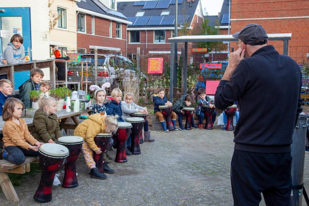 Percussionist Pepijn Zwaanswijk leert buurtkinderen luisteren in de Stookkamer Lotte de Haan © BDU media