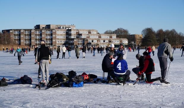<p>Veel mensen op de Poel om eindelijk weer eens te schaatsen op natuurijs.</p>