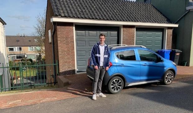 <p>Bjarne Vink uit Sliedrecht is een van de duizenden jongeren die moeten wachten op hun rij-examen.</p>