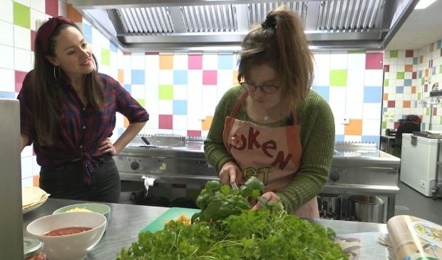 Nina kookt met presentator Emina Zolak