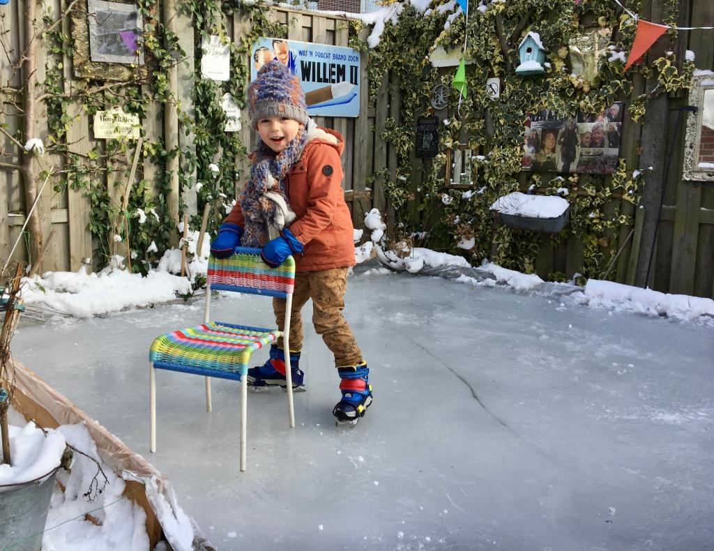 Daan (bijna 5 jaar) krabbelt achter zijn stoeltje Onno Wijchers © BDU media