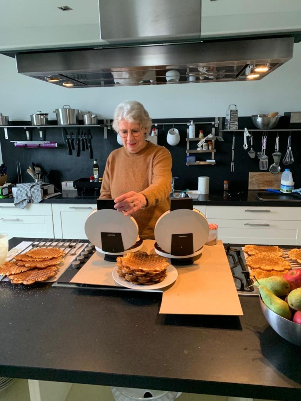 <p>De wafels worden vers gebakken &nbsp;doorTeuna van Maanen bij Nel van Leeuwen in Langbroek&nbsp;</p> <p>Janny van Eldik </p> © BDU media