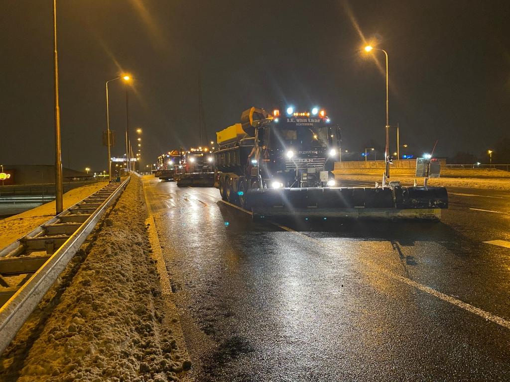 Een foto van de sneeuwschruivers op de A12 in Ede maandagmorgen. Jelco Beijer © BDU Media