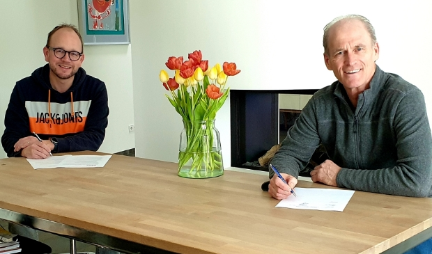 Edward Metgod (rechts) zet handtekening onder het contract.