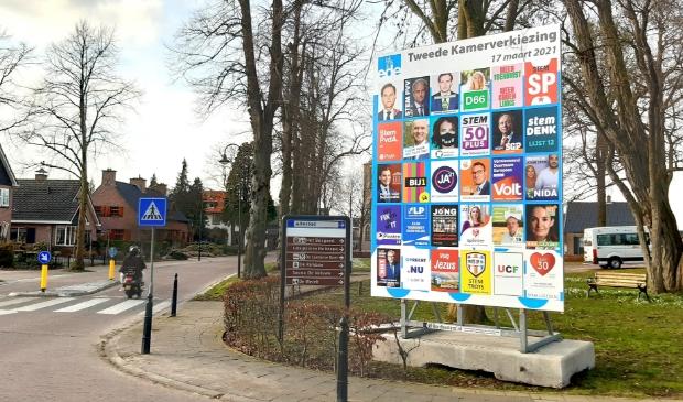 Het verkiezingsbord voor de Tweede Kamerverkiezingen nabij het Westhoffhuis in Lunteren.