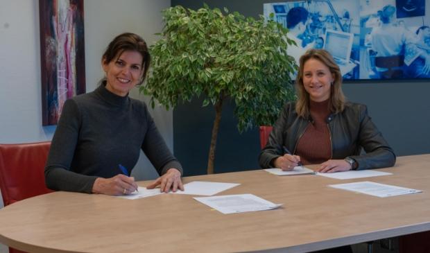 <p>Astrid Posthouwer (links), lid Raad van Bestuur Meander Medisch Centrum, en Leonie Boven lid Raad van Bestuur St Jansdal tekenen de samenwerkingsovereenkomst voor de uitbreiding van de zorg voor nierpati&euml;nten.</p>
