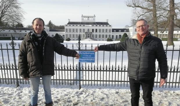 Ralf Geysendorpher (links) overhandigt de cheque van € 400,00 aan Roeland Bouricius, coördinator van Stichting Leergeld Soest-Baarn