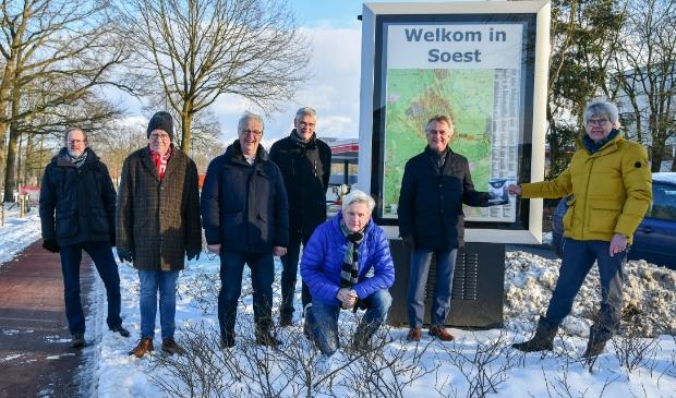 <p>De overhandiging van het eerste exemplaar. V.l.n.r. Johan van &rsquo;t Klooster, Henk van den Boomgaard, Ren&eacute; van Hal, Paul Verhoeven, Peter Beijer, burgemeester Rob Metz en Martijn da Costa.</p>