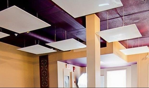 <p>De beste plek voor een IR-paneel is het plafond, want dan kan deze zonder belemmeringen de warmte vrij naar beneden stralen.</p>
