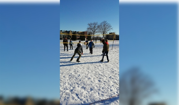 Volleyballende jeugdleden Switch in de sneeuw.