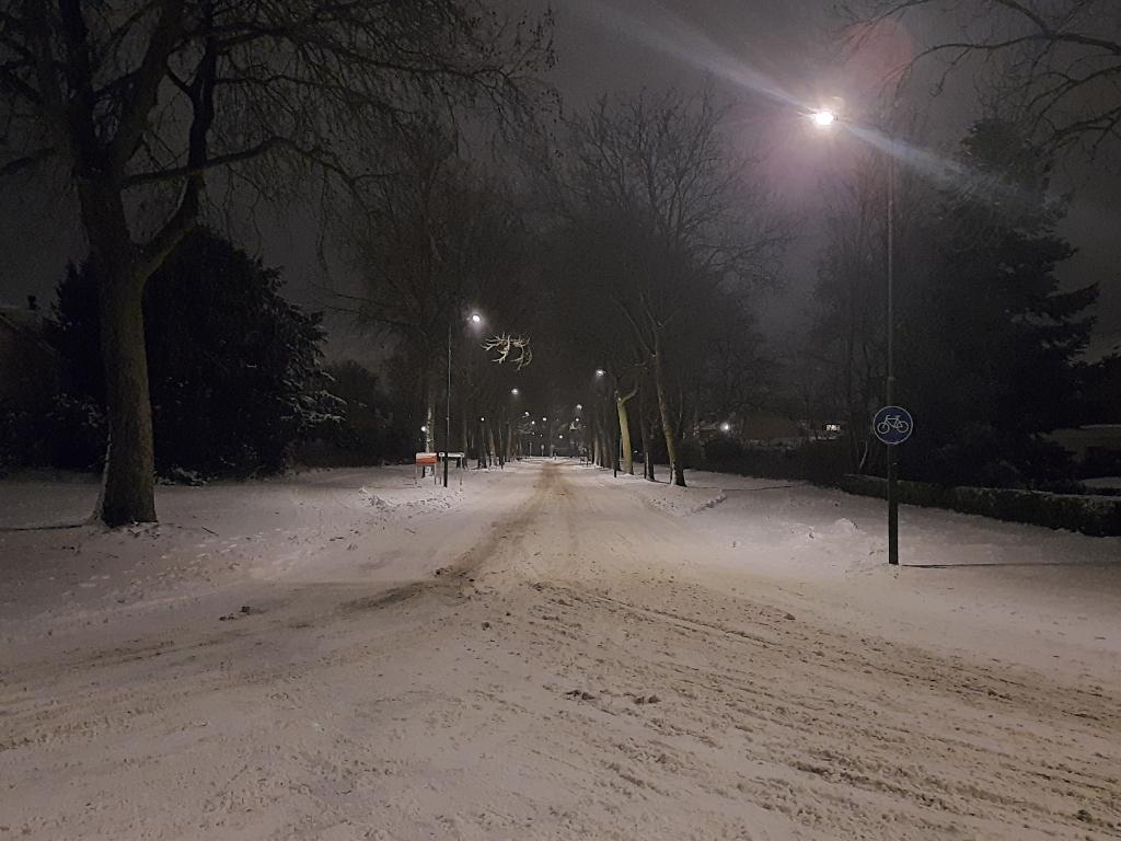 Een nachtelijk wit en verlaten Leusden.  jj.de.with © BDU media