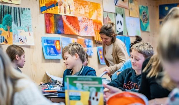 Willemien Roelse, docent vrijeschoolleerroute, met haar klas toen er nog live werd les gegeven.