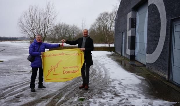 Anita Blees (KV Dorestad) ontvangt de sleutel van Eddy Swart (Utrechts Landschap)