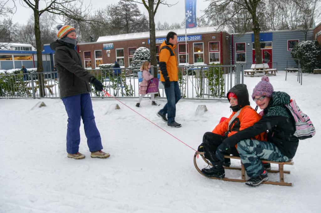 <p>Ouders zijn gepromoveerd tot trekpaard, ook hier in Overhees bij de 2e van der Huchtschool.</p> Jaap van den Broek © BDU media