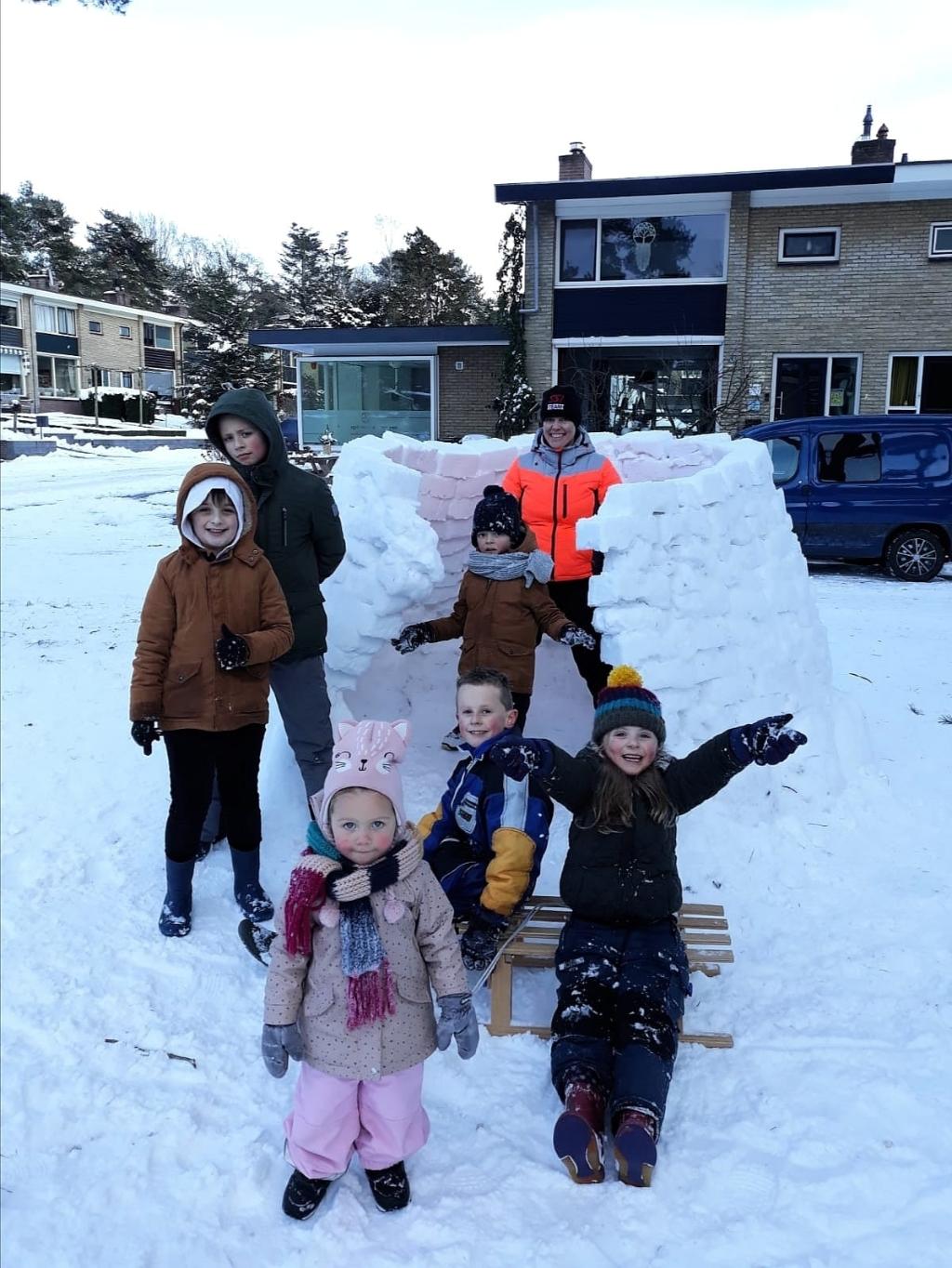 ,,Marjolein, Bedankt voor het maken van deze te gekke iglo op de Buurtscheuterlaan in Ede! Wat ben je altijd leuk met de kids bezig en wat een feest was het met al die sneeuw. Liefs van alle kinderen uit 't hofje.'' BDU Archief © BDU Media