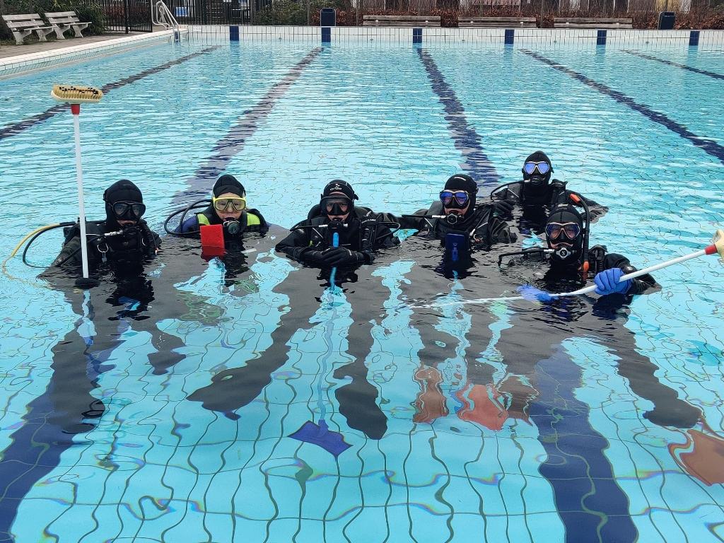 <p>Duikers van S Diving en Amphora leggen de laatste hand aan schoonmaak buitenbad De Meerkamp om 17 februari open te kunnen.</p>