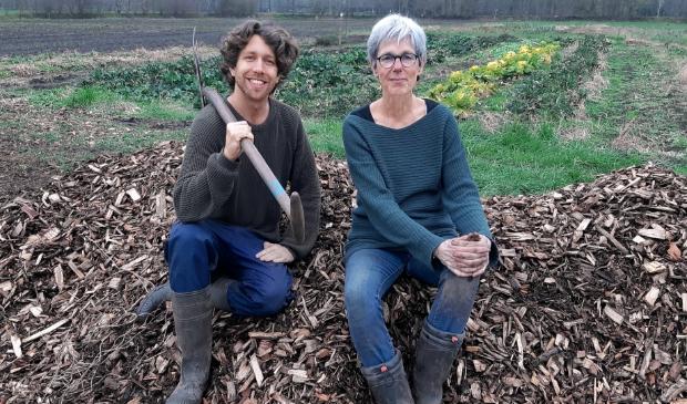 <p>Quinten en Dita zoeken nog vrijwilligers om wekelijks samen buiten te tuinen.</p>