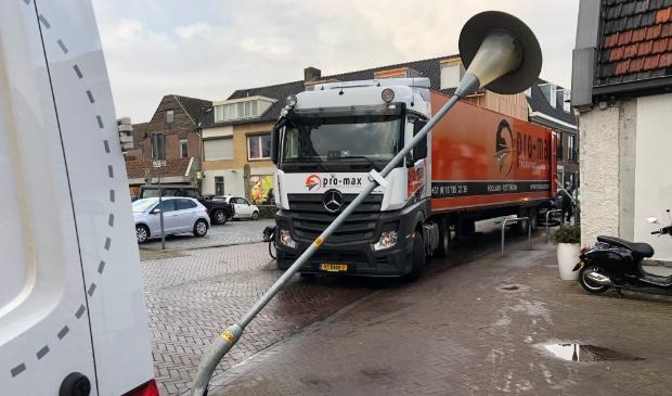 De Dorpsstraat in Ouderkerk aan de Amstel om 11:15 uur. Een gebroken lantaarnpaal. Wellicht door een verkeerde manoeuvre van een vrachtwagen.