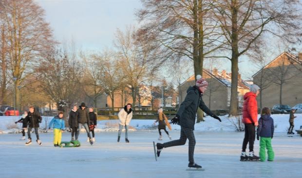 Het eerste schaatsplezier is een feit in Barneveld, zoals hier aan de Dr.Albert Schweitzerlaan