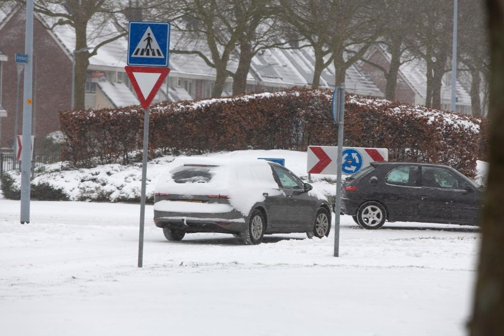 Gevaarlijk om zo auto te rijden, met al die sneeuw nog op de ramen willem ten Veldhuys © BDU media