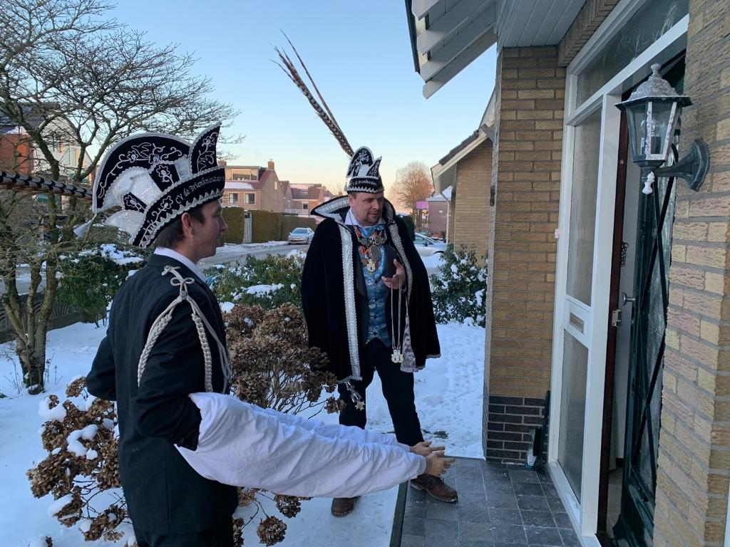 Prins Randy en Adjudant Jimmy brengen onderscheidingen thuis De Brienkneuters © BDU media