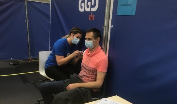 <p>Marco Tichelaar uit Almkerk kreeg maandagmorgen de eerste Astra Zeneca prik in sporthal de Hoefslag. Tachtig plussers krijgen het vaccin Pfizer toegediend.</p>