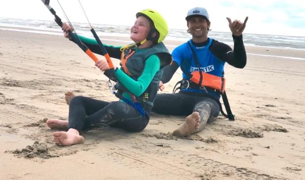 <p>Kinderen leren de beginselen van de kitesurfsport.</p>