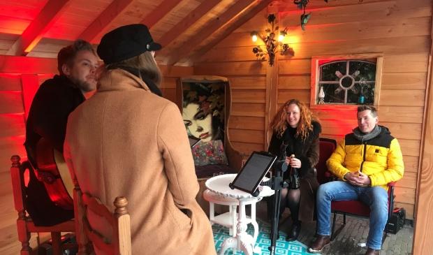 Prive-concert in de overdekte veranda van Nancy en Remco