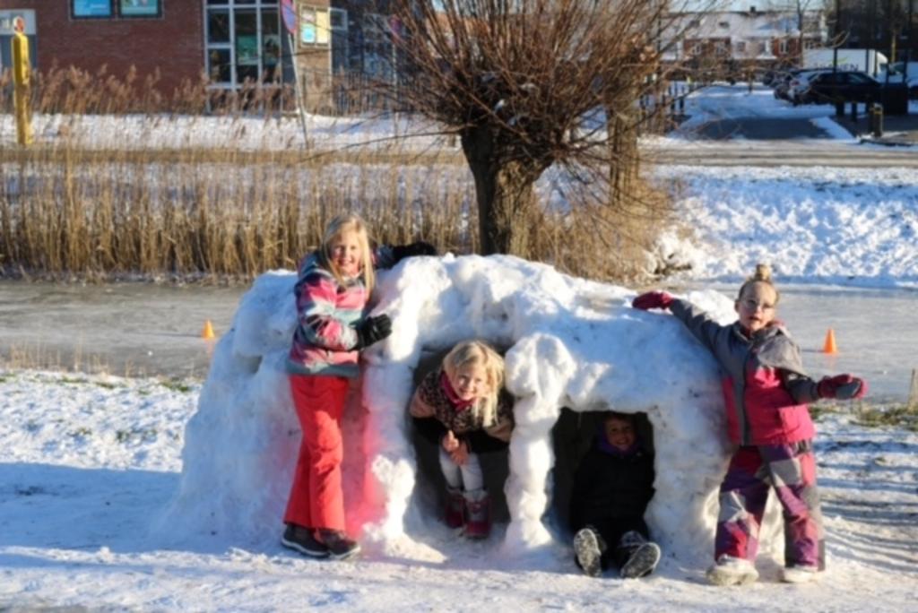 De kinderen van de Burchtmuur zijn, tussen het schaatsen door, druk geweest met het bouwen van een prachtige iglo. Marloes de Boer © BDU media