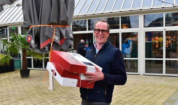 <p>Ook wethouder Harke Dijksterhuis hielp mee om de dozen met lekkers rond te brengen.&nbsp;</p> Kees van den Heuvel © BDU Media