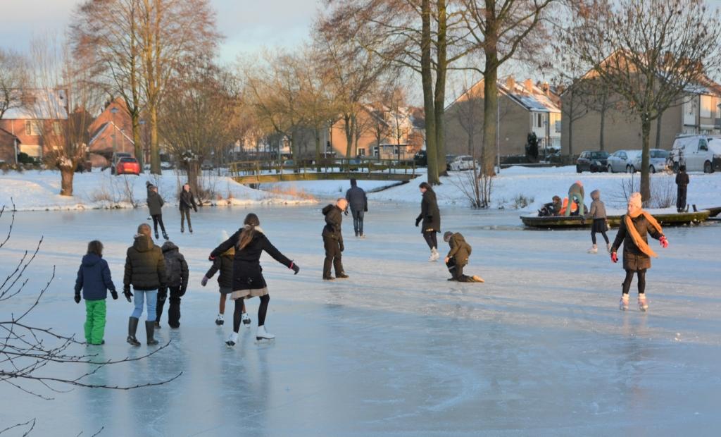 Het eerste schaatsplezier is een feit in Barneveld, zoals hier aan de Dr.Albert Schweitzerlaan Gerwin van Luttikhuizen              © BDU media